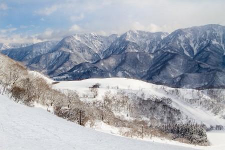 Happo Onen alppimaisia yläosia lukuunottamatta Hakubassa lasketaan varsin metsäisissä maisemissa. Hakuban korkeimmalle nousevat vuoret jäävät hiihtokeskusten takapuolelle, eivätkä näy täysin kuin Minekatasta.