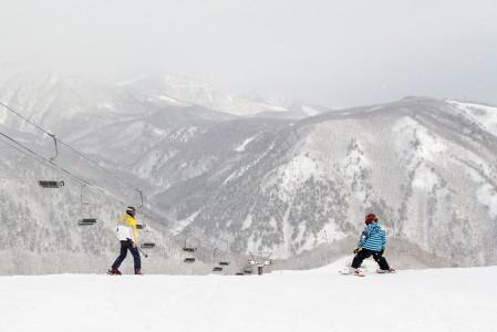 Isän ja pojan yhteinen hiihtopäivä Happo Onen hiihtokeskuksessa Hakubassa.