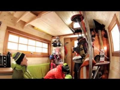 Sympaattinen tarina laskemiseen omistautuneiden ystävysten ideasta rakentaa auton ja puuterin perässä vedettävä hiihtomaja.