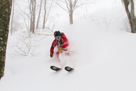 Kärjestä voimakkaasti taivutettu rocker-suksi helpottaa pehmeän lumen laskemista, kun kärki kurkistelee suuntaa lumen pinnalta.