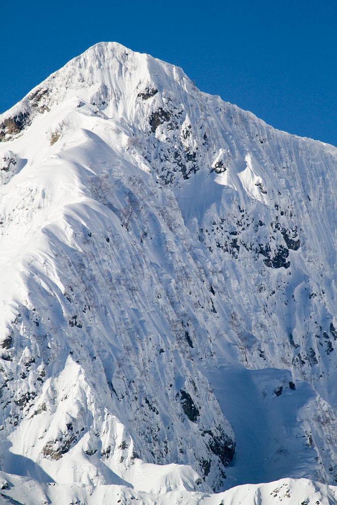 Hakuban Happo One -hiihtokeskuksen takamaastossa kohoaa kolmetonnisten huippujen alue, Japanin alpit