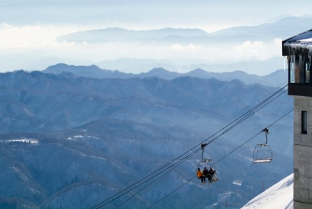 Hakuban Happo One -hiihtokeskuksen ala-asemilta huipulle nousu vaatii neljän eri tuolihissin käyttöä. Vaihtoehtoinen reitti ylös on 1 gondoli ja 2 tuolihissiä.