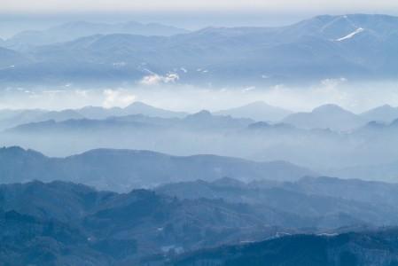 Hakuban laaksosta Naganon suuntaan katsottaessa maisema tasoittuu jylhimpien vuorien jäädessä selän taakse.