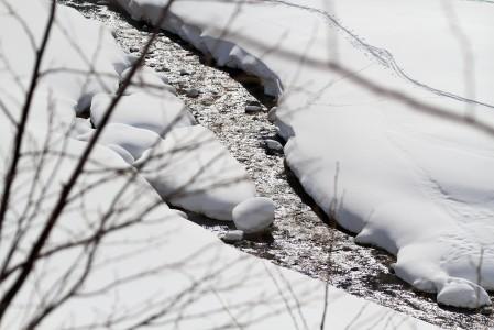 Hakuban Happo Onen pohjoispuolen laskujen jälkeen on ylitettävä tämä joki. Useasta kohdasta ja usealla tavalla ylitys onnistuu kuitenkin sukkia kastelematta.