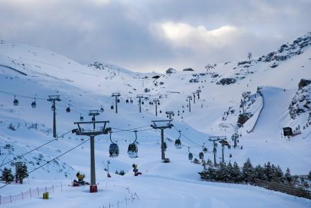 Espanjan suurin hiihtokeskus käynnistelemässä hissejä ja uutta päivää.