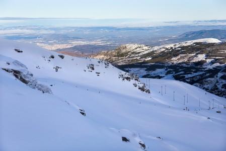 Sierra Nevadan rinteiltä näkyy alas Granadan kaupunkiin. Ja kaupungin lämmöstä katsottuna hiihtokeskus erottuu yllättävän selkeästi vuoren lumihuippuisessa yläosassa.