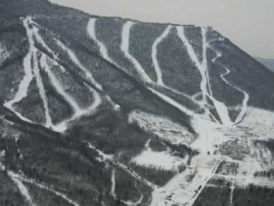 Kiinan Yabulin Sun Mountain Resort muistuttaa hyvillä rinteillä ja menevällä after skillään tasokkaita länsimaisia hiihtokeskuksia.