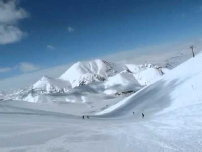 Erzurumin hiihtokeskuksessa lasketellaan täysin puuttomassa maastossa ja leveillä rinteillä.