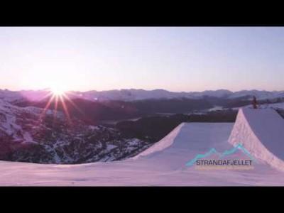 Strandan laskettelukeskuksesta löytyy hyvien rinteiden, parkin ja offareiden ohella myös upeita norjalaisia kansallismaisemia vuonoineen.