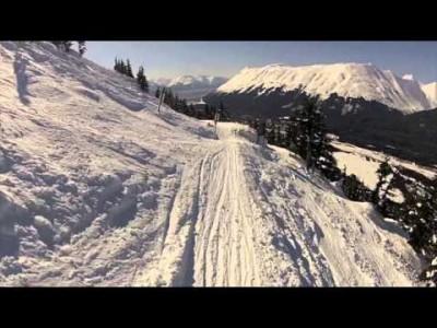 Alaskan Alyeska tunnetaan etenkin jyrkistä ja runsaslumisista offareista, mutta hiihtokeskuksesta löytyy myös hyviä rinteitä harrastajatasoisille laskijoille.