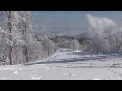 Naganon Nozawa Onsenin hiihtokeskus tunnetaan monipuolisista laskettelurinteistä ja onseneista – paikallisista kuumalähdekylpylöistään.