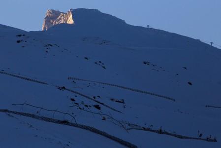 Sierra Nevadan hiihtokeskuksen ylimmät rinteet nousevat 3398 metrisen Veleta-vuoren huipun tuntumaan luoteiskyljelle. Kyseessä on Pyreneiden niemimaan kolmanneksi korkein vuori.