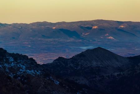Sierra Nevadan lumisen hiihtoalueen eksotiikkaa lisää maisemassa alemmilla alueilla näkyvä lumettomuus. Lumiraja tulee usein vastaan hieman hiihtokylän alapuolella.