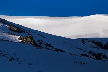 Sierran Nevadan hiihtokeskuksen ympäristö houkuttaa pinnanmuodoiltaan myös off-pisteille. Lumen laatu on kuitenkin kovin vaihtelevaa voimakkaasta auringosta ja lämpötilaeroista sekä ajoittaisista tuulista johtuen.
