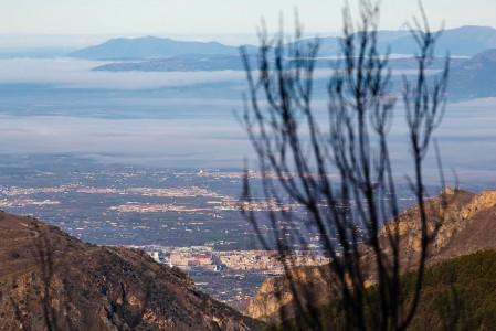 Sierra Nevadan hiihtokeskuksesta näkyvä Granada on yllättäen oivallinen hiihtokaupunki. Viehättävästä vanhan kaupungin keskustasta pääsee rinteille reilussa puolessa tunnissa.