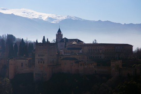 Alhambran mahtava tuhannen ja yhden yön linnoitus on Espanjan suosituin turistinähtävyys. Taustalla siintävässä Sierra Nevadassa käyvän kannattaa uhrata yksi laskupäivä Granadan ja Alhambran vierailulle.