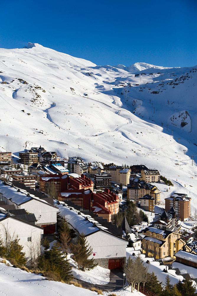Sierra Nevadan hiihtokylä on kasattu oivalliseen paikkaan niin laskettelun, auringon kuin maisemienkin osalta.