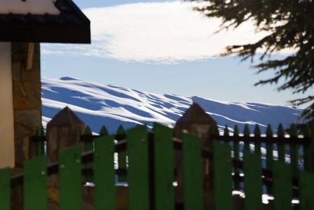 Sierra Nevadan off-pistemaastot avautuvat kutsuvasti lomahuoneiston takapihalta.