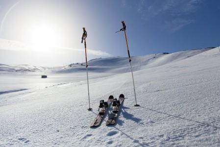 Kova tuuli viivyttäessä hissien avautumista Sierra Nevadassa, ei himohiihtäjä malttanut jäädä odottelemaan vaan liimasi nousukarvat pohjaan ja lähti ylämäkeen läpsyttelemään. Palkkiona yksi lasku yksin koko vuorella.