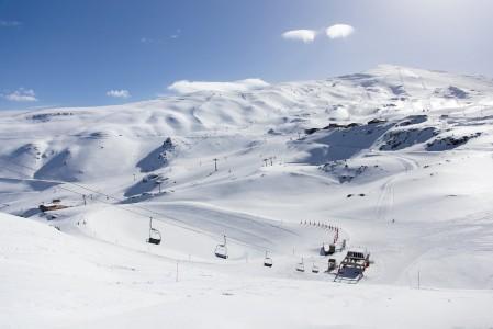 Tuulen viivyttäessä hissien avautumista sai nousukarvoilla hetken hikoiltuaan nautiskella hetken yksin koko Sierra Nevadan hiihtoalueen hallinnoinnista.