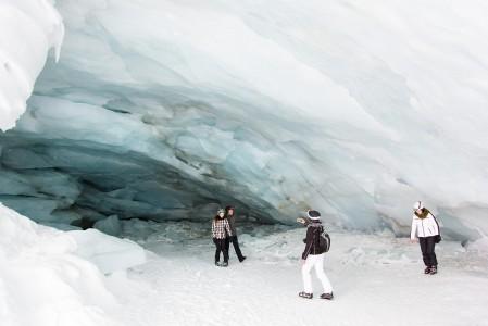 Pitztaler Gletscher - Jäätikkö repesi muutama vuosi sitten rinteiden välistä. Moni turisti käy ihailemassa jääluolaa omalla riskillään.