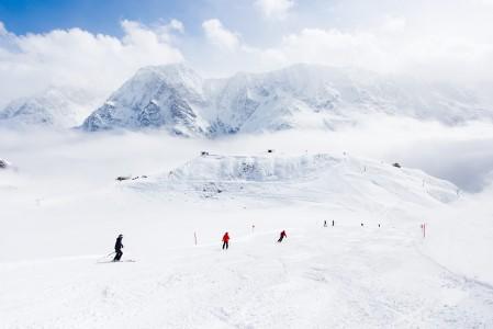 Pieni hiihtokylä Mardarfen jää pilviverhon alle, kun ylhäällä Rifflseen hiihtoalueella aamu on raikas ja rinteet kutsuvia