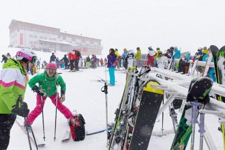 Lumisadepäivänä ylempänä jäätiköllä on vaikea erottaa mihin rinne viettää. Väkeä valuu kahviloihin ja ravintoloihin odottamaan valkoisen sokeustilan hälvenemistä.