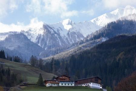 Pääsiäisen aikaan Alppien jäätikkökohteissa voi nauttia alhaalla lähes kesäisestä kelistä ja samaan aikaan ylhäällä pääsee laskemaan hyvinkin talvisesti.