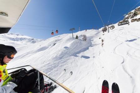 Kaprun/Kitzsteinhornin jäätiköllä riittää noustavaa kuvan noin 2000 metrin korkeudesta vielä kilometrin verran ylemmäs.