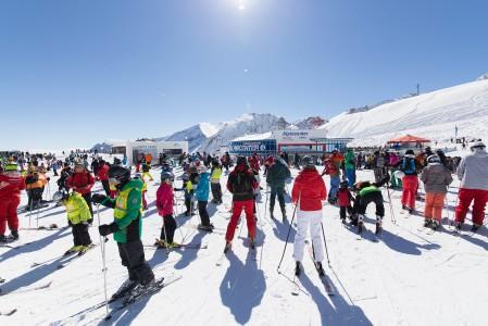 Kevään edetessä laskuväki pakkaantuu Alpeilla etenkin korkealla sijaitseviin jäätiköllisiin eli lumivarmoihin hiihtokeskuksiin.