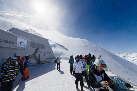 Kitzsteinhornin huipputasanteella 3029 metrissä puhaltaa kylmä tuuli, vaikka muu hiihtoalue on suojassa ja kevätaurinko hiostaa laskijaa.