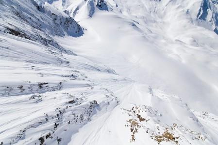 Kitzsteinhornin yläasemalta pääsee kurkkaamaan maisematasanteelta vuoren takapuolelle kalliotunnelin läpi kuljettuaan.