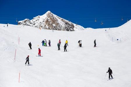 Kitzsteinhornin jäätikölle mahtuu kaikenlaisia rinteitä. Painopiste on kuitenkin sinipunaisina kumpuilevissa helponvauhdikkaissa laskuissa.