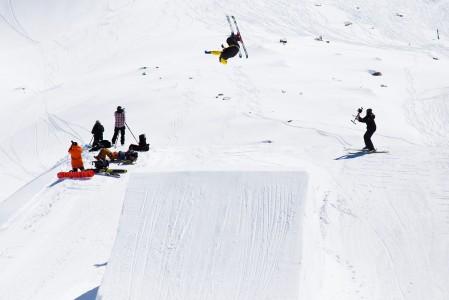 Kaprunin Kitzsteinhorn-hiihtoalueen parkissa pääsee usein ihailemaan ammattilaistason laskijoiden suorituksia.