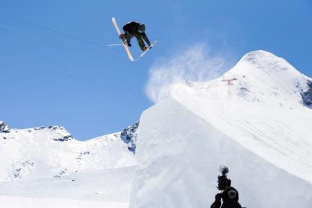 Näyttävää ilma-akrobatiaa Kitzsteinhornin snow parkissa.
