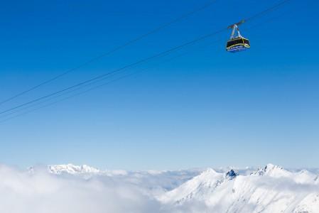 Kitzsteinhornin huipulle kuljettava Gipfelbahn kulkee huimaavan korkealla ja kuljettaa korkealle 3000 metriin.