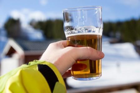 Keväinen laskupäivä saa rinneterassilla vaahtoisen kruunun. Ansaittu juoma maistuu parhaalta.