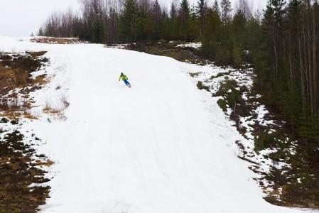 Juupavaaran hiihtokauden 2013/2014 viimeinen laskusuoritus suoritettiin tihkusateessa.