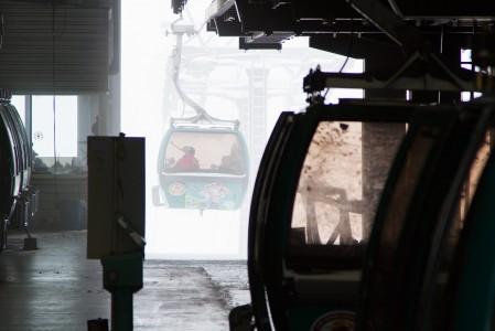 Gondolit ilmestyvät lumisateen keskeltä yläasemalle kuin tyhjästä.