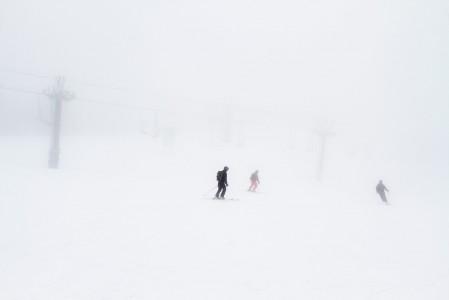 Yhdistelmä tiuhaa lumisadetta ja puutonta yläosaa on kuin sokkona laskisi. Suuntavaisto katoaa ja tasapaino sakkaa.