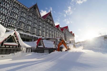 Hakuba Cortinan ala-aseman ideaalisesti sijaitseva ja massiivinen Green Plaza Hotel.