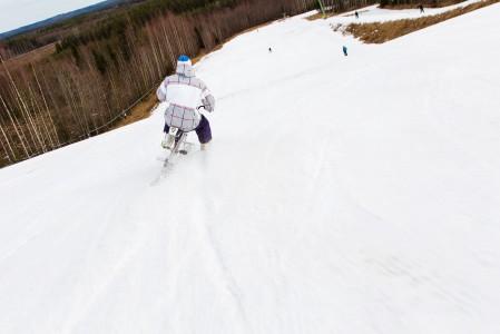 Snowbike ei ole aivan yhtä helppoa kuin äkkiseltään näyttää, mutta jo muutamassa tunnissa perusajatuksesta saa kiinni.
