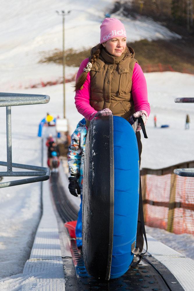 Talman Werneri parkissa pääsee laskemaan snow tubea, ja mattohissi mukavoittaa nousua.