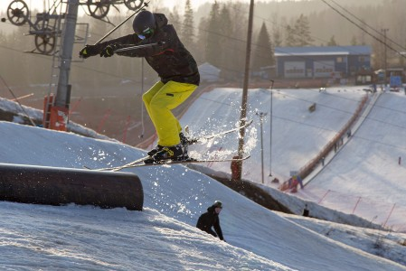Talman snow parkissa on suksille monenlaista kolisteltavaa: reilejä, putkia, bokseja ja pressejä ynnä muita härveleitä.