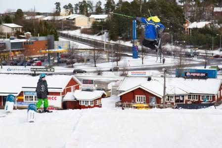 Hirvensalon hiihtokeskus parkkeineen sijaitsee Turun keskustan kupeessa, joten parkissakin taustamaisema on hyvin urbaani.