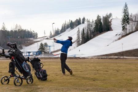 Loppukeväällä Vihti Ski Centerissä on mahdollista käydä rinteissä ja golfaamassa samana päivänä.