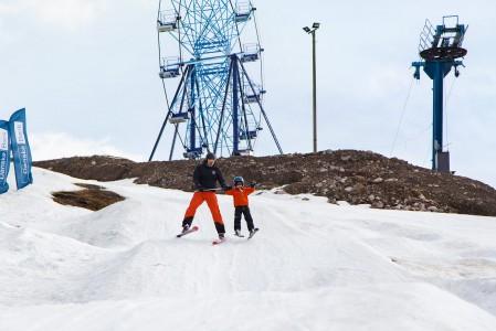 Pikkupojat kiljuvat vauhdin ilosta kun isät vievät rallikumpuihin ja sukset irtoavat lumen pinnasta.