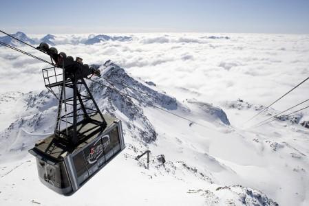 Kabiinihissi nostaa Alpe d'Huezin huipulle, 3330 metriin ihailemaan joka suuntaan avautuvaa kolmen Michelin-tähden arvoista panoraamaa. Huipulta lähtee myös maailman pisin musta rinne 16 kilometrinen Sarenne.