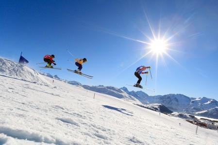Alpe d'Huezissa käydään sekä pienempien että isompien laskijoiden World Cup -tasoisia skicross-kisoja.