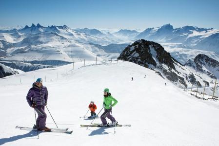 Alpe d'Huez tarjoaa laskettelevalle perheelle 900 lumitykin voimin kunnossa pidettävät 135 rinnettä. Pienemmille laskijoille on 2 aluetta joissa saa laskea vain rauhallisesti.